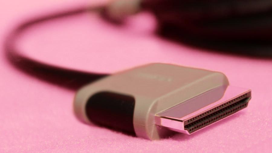 Ein HDMI-Kabel mit seeehr breitem Stecker.