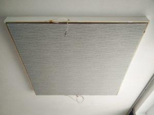 Absorber-Einsatz eines Deckensegels an der Decke montiert und mit Stoff bespannt.