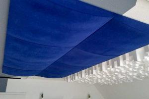 Deckensegel mit blauem Stoff bespannt, in ausgefallener Wellenform.