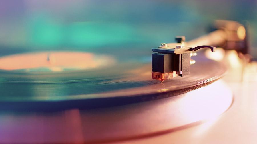 Ein Plattenspieler mit aufgelegter Schallplatte.