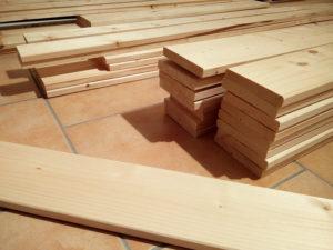 Einige Stapel Holzbretter: Material für den Bau des Deckensegels.