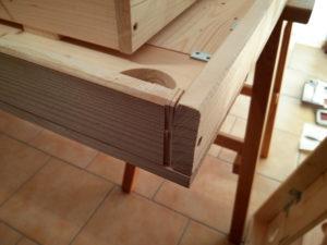 Eine Ecke des Deckensegels mit eingesetzten Zwischenstücken aus dünnen Holzscheiben.