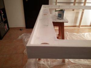 Die Oberseite von Rahmen 3 wird weiß grundiert, damit sie das indirekte Licht der LED-Stripes möglichst gut reflektiert.