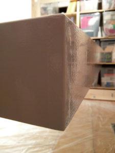 Frisch lackierte Ecke des inneren Rahmens. Von den verspachtelten Stellen im Holz ist nichts mehr zu sehen.