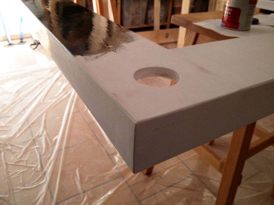 Ein Ausschnitt des Rahmens des Deckensegels mit grundierter und teilweise frisch lackierter Oberfläche.