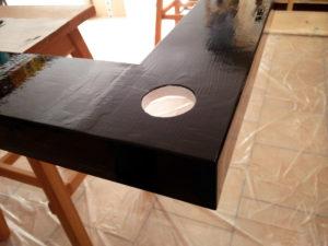 Fertig lackierte Ecke des Deckensegels mit leichten Unebenheiten in der Oberfläche.