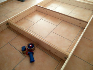 Das Holz des Rahmens kann an den Kanten mit grau-braunem Paketklebeband abgeklebt werden, damit es nicht durch den Stoff scheint.