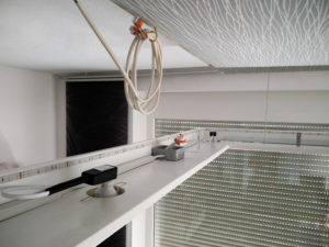 Der Rahmen hängt an einer Sicherungskette an der Decke und ermöglicht so die letzten Arbeiten.