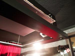 Rahmen 3 hängt an Sicherungsketten von der Decke.