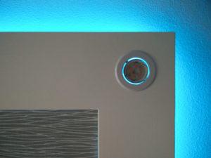 Das Deckensegel von unten, nur die indirekte Beleuchtung ist aktiv, ein Deckenspot ist ausgeschaltet.