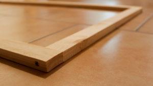 Ein einfacher Holzrahmen, an den Ecken verschraubt.