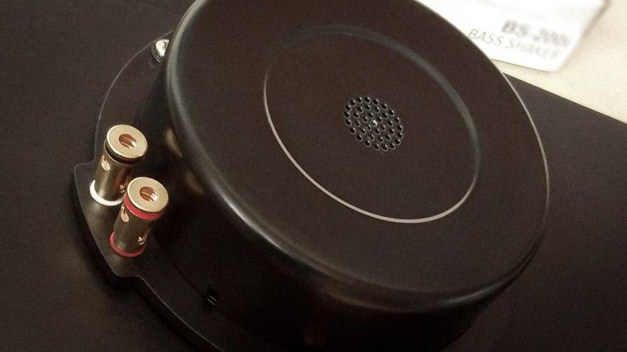 Bass Shaker in der Detailansicht, im Vordergrund die Anschlussklemmen für das Lautsprecherkabel.