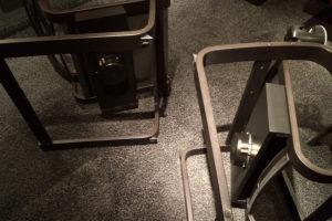 Unterbau mit Bass Shakern unter den IKEA-Sesseln montiert.