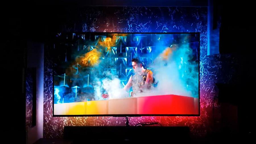 DreamScreen im Video-Modus: die Farben des TV-Bilds sind an der Wand dahinter sichtbar.
