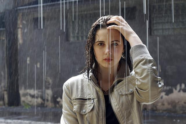 Eine Frau steht im Regen und wird nass!