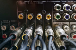 Spezielle Cinch-Brücken verbinden eine ganze Reihe von Anschlüssen an einem AV-Receiver.