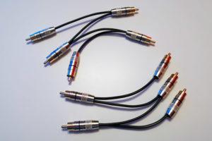 Zwei spezielle, selbst gelötete Cinch-Kabel: jeweils 5 Cinch-Stecker sind der Reihe nach miteinander verbunden.