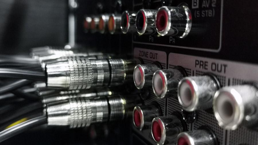 Eine Reihe von Cinch-Anschlüssen an der Rückseite eines AV-Receivers.