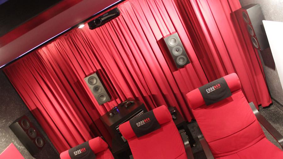 Rückseite des Code Red Heimkinos mit 4 Surround-Lautsprechern.