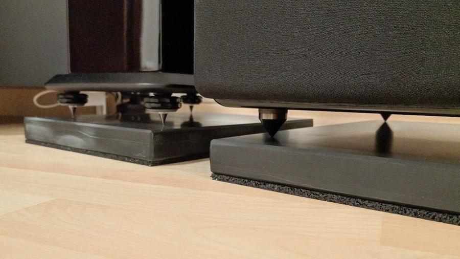 Beliebter Unterbau für Subwoofer und Lautsprecher: Der Lautsprecher steht mit Spikes auf einer Steinplatte, die durch eine Gummimatte vom Boden entkoppelt ist.