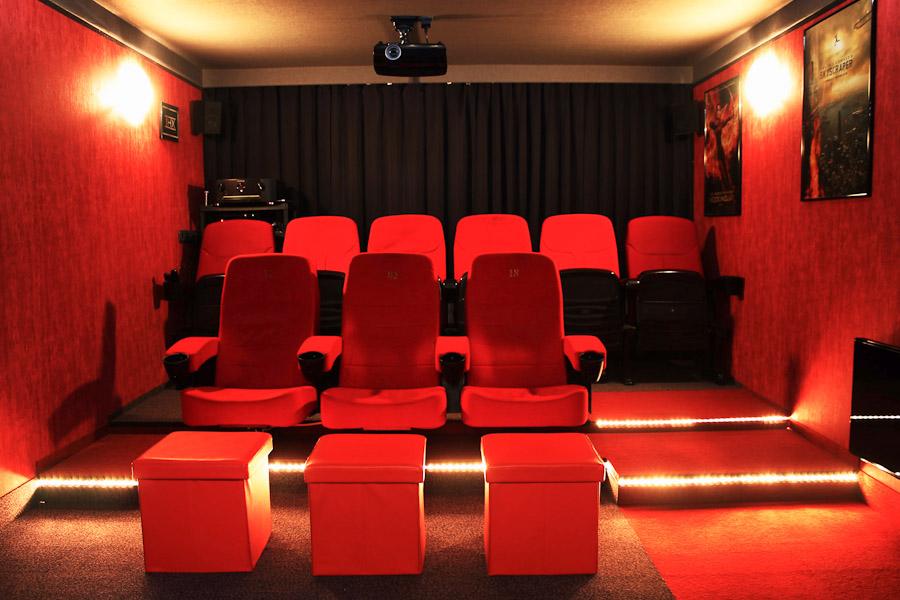 Blick nach hinten im Time-Out Cinema mit 9 Sitzplätzen in 2 Reihen