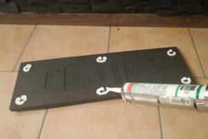 Montagekleber wird punktuell auf die Rückseite der Styroporverblender aufgetragen.