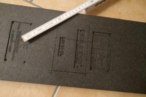 Spezielle Formen und Ausschnitte werden genau abgemessen und mit dem Cuttermesser auf der Rückseite der Styroporplatte markiert.