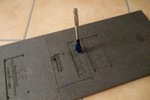 In den Ecken wird der Flachfräsbohrer zuerst von Hand angesetzt und ein Stück hineingedreht.