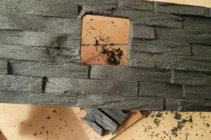 Das fertig ausgeschnittene Loch für einen Steckdosenrahmen in einem Styroporverblender.