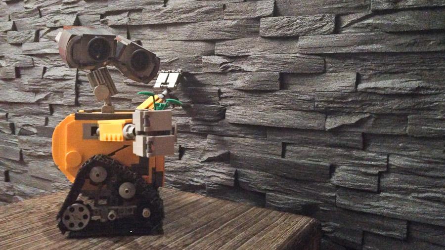 Der Wall-E aus Lego muss die Steinwand aus Styroporverblendern unbedingt mal anfassen.
