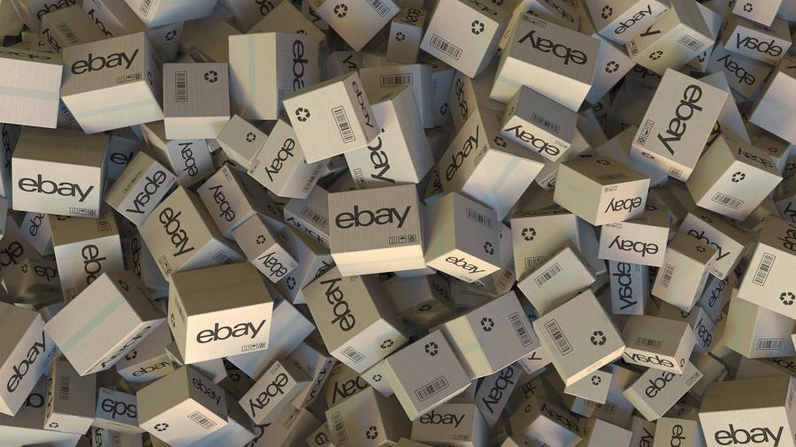 """Ein großer Haufen Pakete mit der Beschriftung """"ebay""""."""