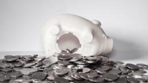 Ein Sparschwein ist umgefallen, weil wohl zu viel Geld drin war.
