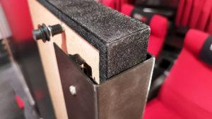 Die obere Ecke der Leinwand mit Blick auf das U-Profil, das um den Rahmen herum führt, gehalten von einer Schubladenschiene auf der Rückseite.