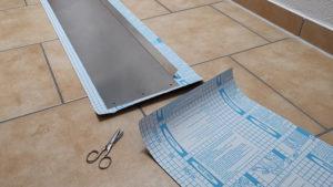 Zugeschnittene Velour-Folie mit einem Maskierungsbrett aus Aluminium darauf, bereit zum Bekleben.