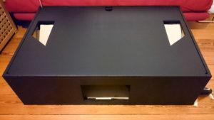 Schwarz lackierte Hushbox mit Lüftungsauslässen an der Unterseite.