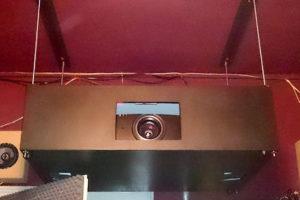 Die Hushbox hängt an der Decke, befestigt mit Gewindestangen, um die Höhenverstellung zu ermöglichen.