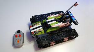 Ein ferngesteuertes Lego Technic Modell mit zwei integrierten Motoren und Fernsteuerung.