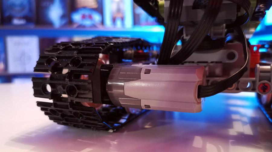 Detailansicht eines Motors in einem ferngesteuerten Lego Technic Racer.