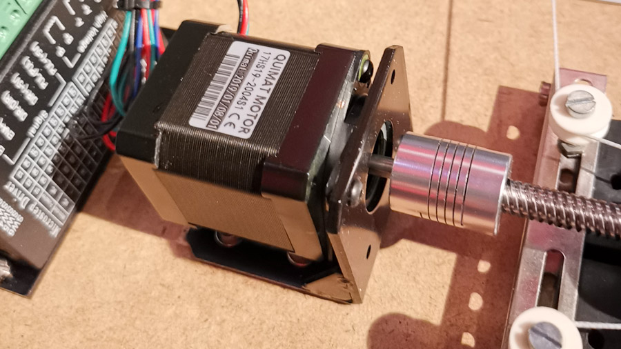 Ein NEMA 17 Schrittmotor mit angeschlossenem Treiber und Gewindespindel.