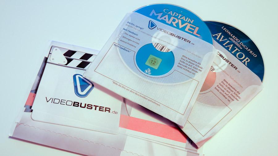 Ein Versandumschlag von VideoBuster mit zwei Discs in Schutzhüllen.