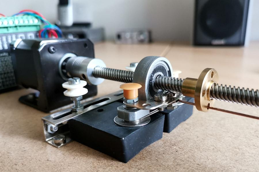 Unteres Ende der Gewindespindel mit angeschlossenem Schrittmotor und Gummipuffern als Dämpfer.