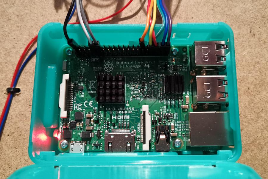 Ein Raspberry Pi 3 mit diversen belegten Pins, die mit dem Schrittmotor-Treiber verdrahtet sind.