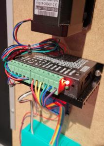 Ein TB6600 Schrittmotor-Treiber mit farbiger Verkabelung zum Schrittmotor und Raspberry Pi.