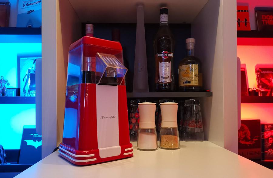 Eine Heißluft-Popcornmaschine in einer Bar.