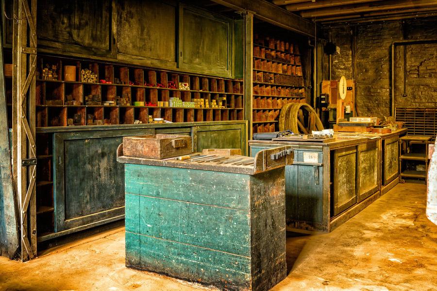 Auch eine Art von Fachhändler: Ein klassischer alter Gemischtwarenladen mit rustikaler Theke und Regalen im Hintergrund.