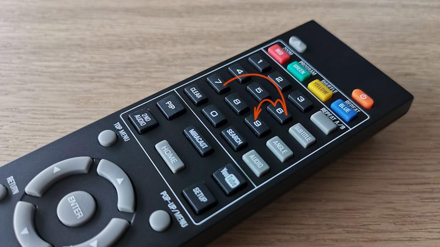 Fernbedienung mit eingezeichneter Sprungreihenfolge für den Sony-Geheimcode: 7669
