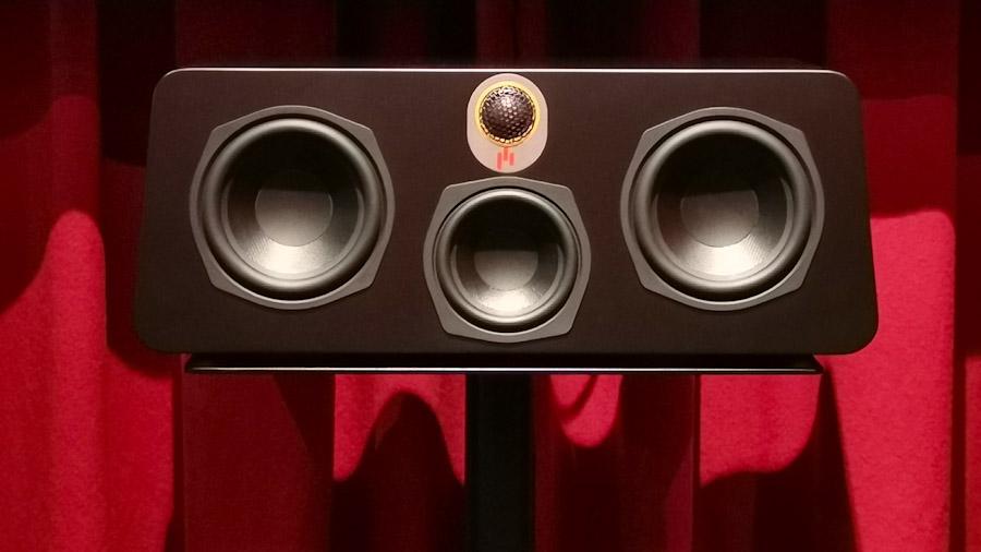 Ein eher untypischer Center-Lautsprecher, der Aperion Audio Novus C5. Mit 2 Tieftönern, einem Mitteltöner und einem Hochtöner sorgt er für besseres seitliches Abstrahlverhalten.