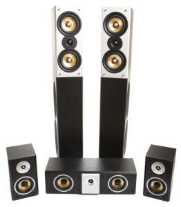Ein typisches System aus 5 Lautsprechern: 2 Standlautsprecher, 2 kleine Surround-Lautsprecher und ein liegender Center.