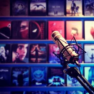 Mikrofon vor einer Wand aus Filmen