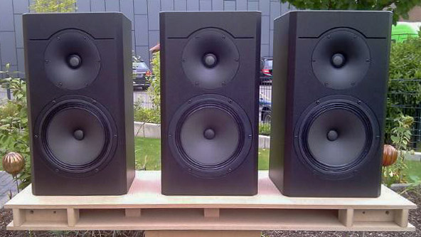 Drei kompakte Selbstbau-Lautsprecher in schwarz